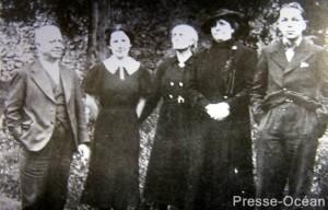 Jean-Baptiste Daviais (à gauche) en compagnie de ses proches.© Collection Dominique Bloyet